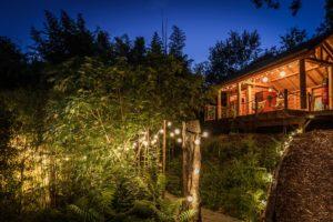 EtxeXuria-cabane terrasse et passerelle nuit de loin