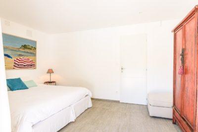 EtxeXuria-chambre piscine lit et armoire