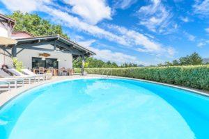 EtxeXuria-piscine méga grande ciel et maison