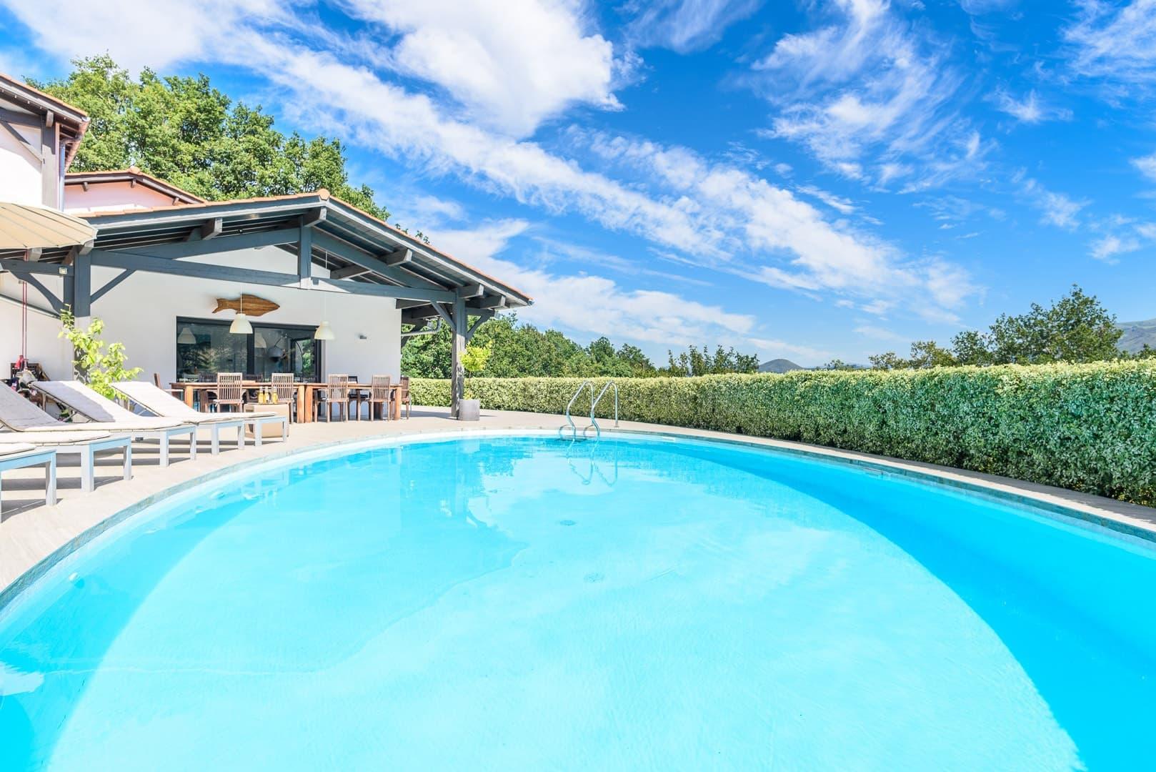 EtxeXuria-piscine-mega-grande-ciel-et-maison-